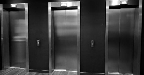 Es nulo condicionar la instalación del ascensor a que los vecinos morosos paguen la comunidad