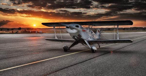 El seguro obligatorio cubre la colisión de un coche con una avioneta en un aeródromo