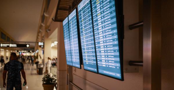 Un vuelo desviado a otro aeropuerto no da derecho a compensación por cancelación, pero sí por retraso