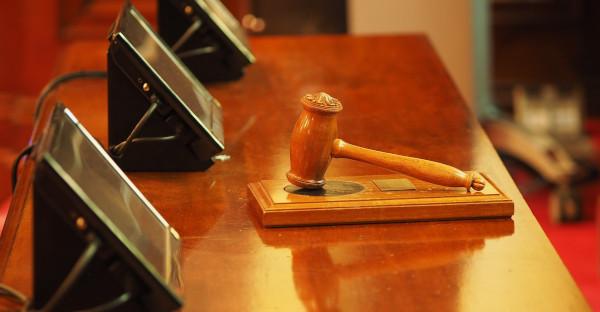 Es válido el cese en período de prueba de un auxiliar de policía con una orden de alejamiento
