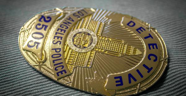 Absuelto por exhibir una placa simulada de la Policía Nacional