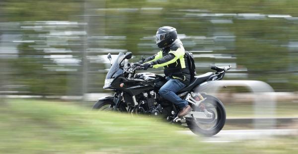 Un juez anula una multa puesta a un motorista por llevar un dispositivo bluetooth en el casco