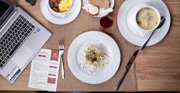 La Audiencia Nacional aprueba que una empresa suprima la compensación de las comidas por teletrabajo